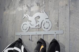 Motorkářský věšák na oblečení